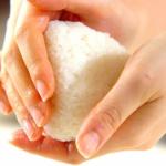 おにぎりの食中毒予防は素手で握らないでラップを使う[黄色ブドウ球菌]